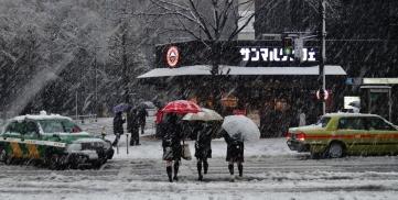 10 - Kamiyacho snow street girls cross Tokyo