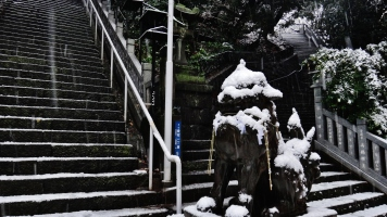 8 - Atago shrine stairs statue snow