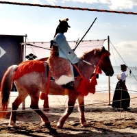 Yabusame on Zushi beach 逗子海岸流鏑馬 (horseback archery)