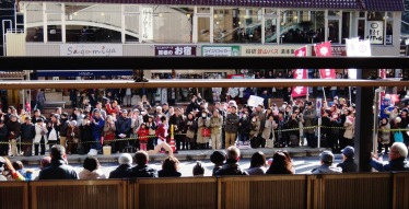 hakone-ekiden-watching-the-race-from-the-train-station-runner